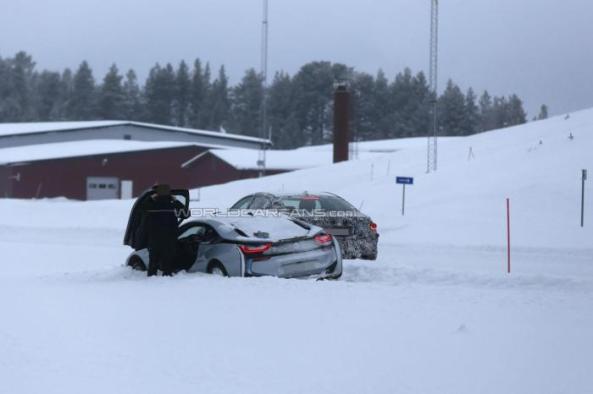 BMW i8 stuck dalam salju tebal...
