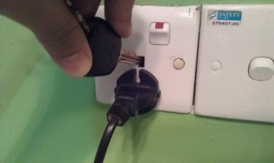 Cara 2, mencungkil kaki tengah dengan kunci atau obeng