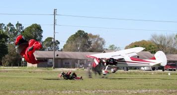 Pesawat vs Penerjun 9