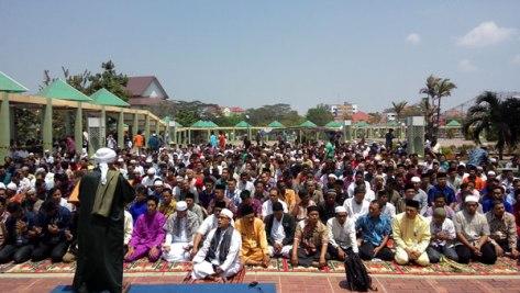 Sholat Istisqa di Halaman Masjid Raya Batam Centre