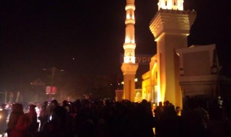 Keumunan Warga di Depan Gerbang Dataran Engku Putri