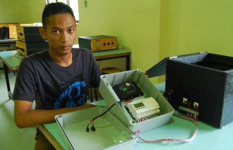 Mahendra Prisca dengan Switch Kontrol Module Pompong Ciptaannya