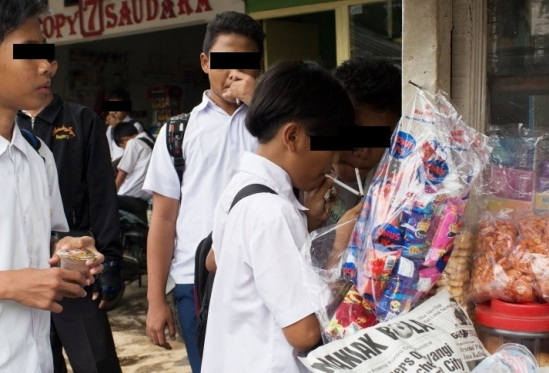 Anak SMP Merokok di keramaian