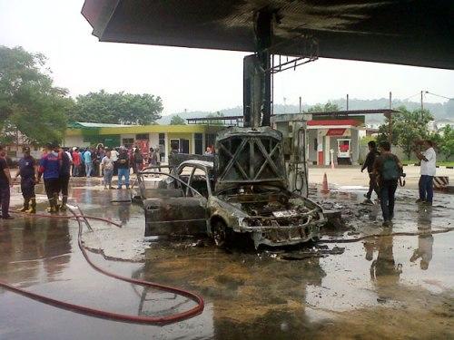 Mobil Sedan Hangus Terbakar