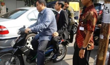 Jokowi naik motor tidak pakai helm