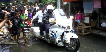Jokowi tidak pakai helm lagi