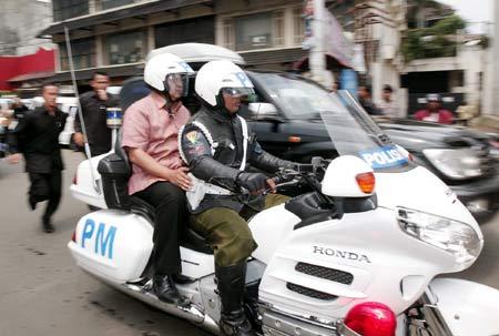 SBY Naik Motor Pakai Helm