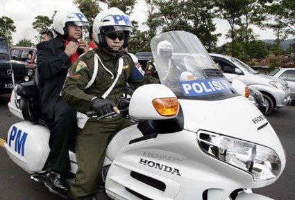SBY sedang memakai Helm