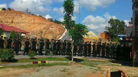 Aksi Jabat Tangan TNI - Brimob