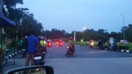 Para pengendara motor menunggu Razia selesai - Batam