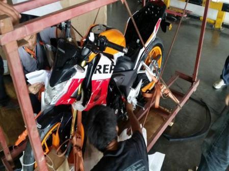 Honda CB190R dalam peti kayu
