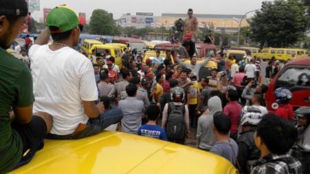 Demo Sopir Angkot di Simpang Kabil Batam