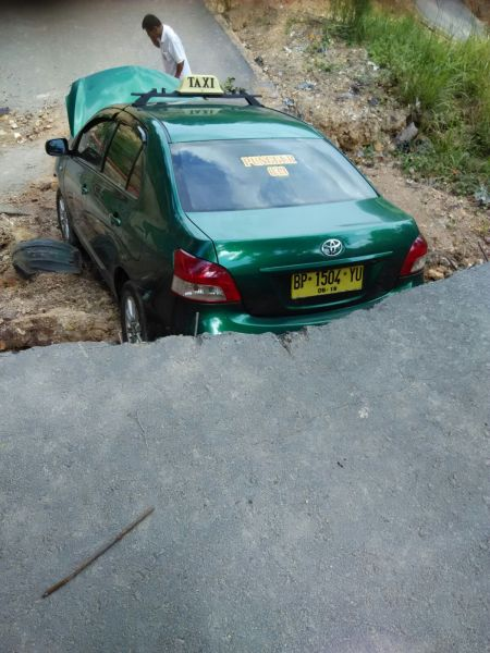 Taksi Nyemplung di Bukit Kemuning yang longsor