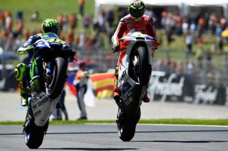Iannone dan Rossi merayakan kemenangan di Austria