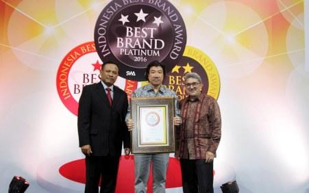 GM Marketing Planning & Analysis Division AHM Agustinus Indraputra menerima penghargaan IBBA 2016