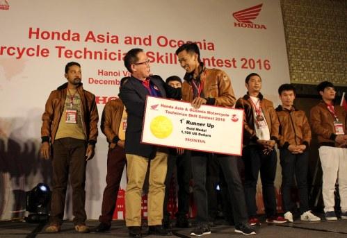 Fadzar Supriadi menerima penghargaan sebagai mekanik terbaik kedua se-Asia Oceania