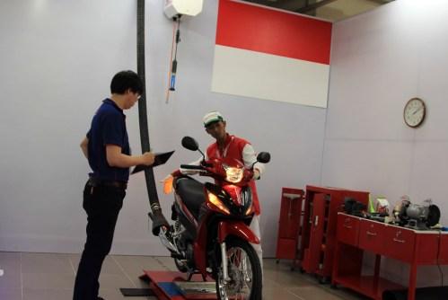 Fadzar Supriadi mengikuti salah satu sesi uji kompetensi teknik Honda Asia & Oceania