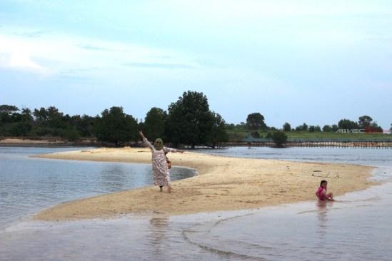 Pasir Putih - Spot foto di Pantai Setokok saat Air Laut surut