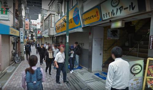 Ngantri di depan Fujiya Camera