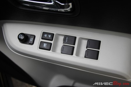 Tombol-tombol di pintu pengemudi