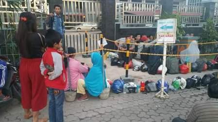 Antrian Paspor di Batam menggunakan Helm dan barang seadanya