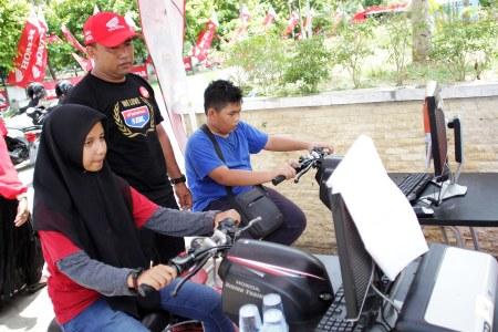 Pelajar saat mengikuti games Honda Safety Ridding Honda DBL Aceh Series 2016 Di GOR Unsyiah, Darussalam, Banda Aceh