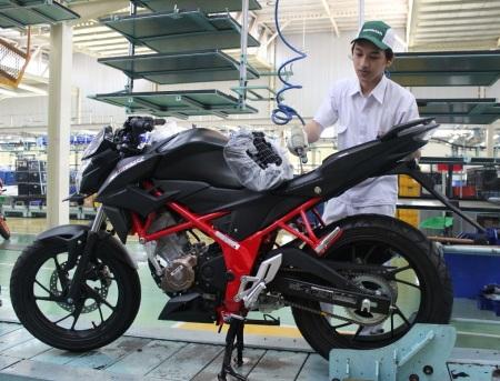 Perakitan Honda CB150R Streetfire baru dengan warna Stallion Black