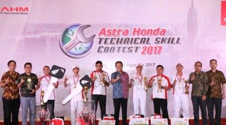 Direktur Marketing AHM Thomas Wijaya menyerahkan hadiah utama kepada pemenang AHTSC 2017