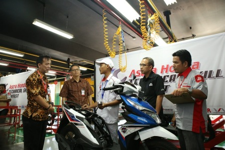 General Manager Technical Service Division AHM Wedijanto Widarso didampingi Corporate Social Responsibility Manager AHM Yudi Yozardi dan Technical Service Manager Herry C.T meninjau proses penjurian Astra Honda Technical Skill Contest