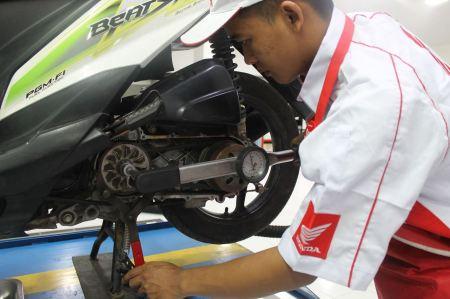 Pengerjaan service Sepeda Motor Honda di AHASS