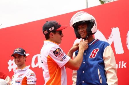 Marc Marquez memasangkan helm kepada siswa SMK Teknik Sepeda Motor Honda sebagai bentuk kampanye keselamatan berkendara