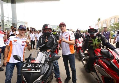 Marquez dan Dani Pedrosa berfoto bersama dengan bikers dari komunitas Honda CBR