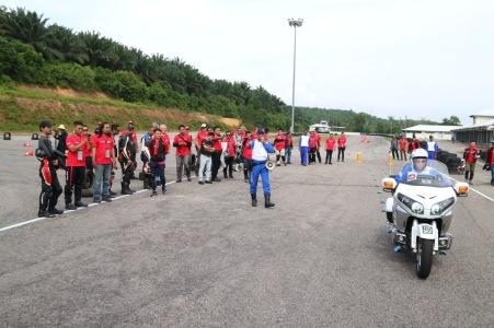 Para peserta Honda Asian Journey mengikuti pelatihan keselamatan berkendara menggunakan sepeda motor Big Bike Honda sebelum turing di Melaka Circuit, Malaysia