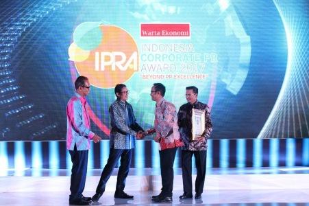 Sandiaga Uno - Wakil Gubernur terpilih Provinsi DKI Jakarta mengucapkan selamat kepada Ahmad Muhibbuddin - Deputy Head of Corporate Communication PT Astra Honda Motor (AHM) atas penghargaan The Best PR Head Company