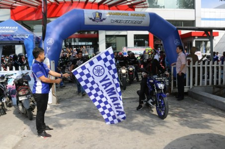 Irsyal Harahap (bagian promosi Yamaha Medan) melepas rombongan touring Jambore 1 Dekade Vixion di Medan