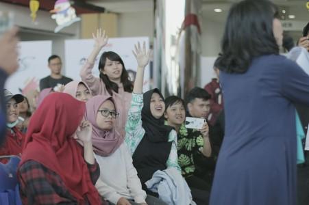 Fans dan konsumen Mio S saat Intimate Meet & Greet with Isyana di Bandung (2)