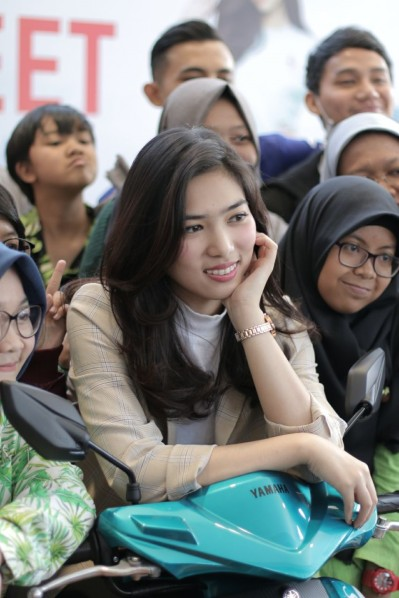 Fans dan konsumen Mio S saat Intimate Meet & Greet with Isyana di Bandung