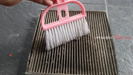 Ini hanya salah satu contoh membersihkan filter kabin, bisa pakai apa saja