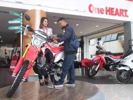 Konsumen sepeda motor Honda mengamati Honda CRF150L di salah satu dealer Honda yang berada di Bandung