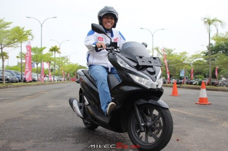 Nyobain All New Honda PCX Hitam