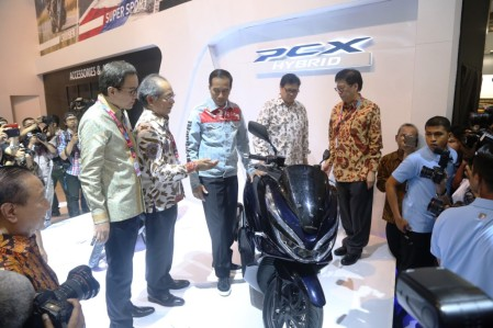 Jokowi dan Menteri Perindustrian menyaksikan kendaraan roda dua hybrid AHM di IIMS 2018