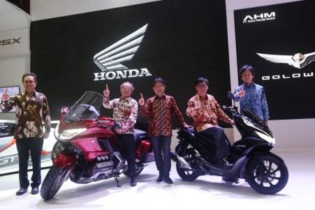 Manajemen AHM Perkenalkan Honda Gold Wing dan All New Honda PCX Hybrid