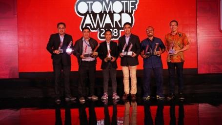 Management PT YIMM saat menerima penghargaan Otomotif Award 2018 (1)
