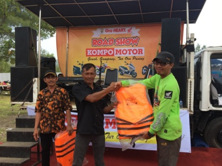 Ketua nasional Honda PCX Club Indonesia memberikan bantuan pelampung kepada perwakilan paguyuban nelayan pantai Jetis, Purworejo.
