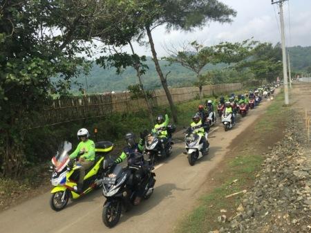Ratusan bikers Honda PCX menjalakan touring menuju pantai Jetis, Purworejo dalam rangkaian gelaran Gathering Nasional Honda PCX Indonesia.