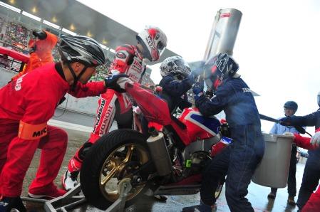 Tim Honda Asia Dream Racing melakukan pergantian pebalap, ban dan pengisian bahan bakar pada ajang Suzuka 8 Hours Endurance World Championship di sirkuit Suzuka, Jepang (29/7). Kekompakan tim Honda Asia Dream Racing menjadi kunci dalam ajang ini dan hadirnya dua mekanik Tanah Air menjadi kebanggan tersendiri bagi bangsa.