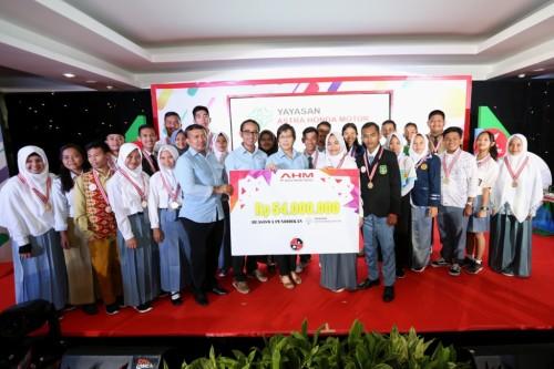 Ketua Yayasan Astra Honda Motor (YAHM) I Putu Astawa besama jajaran pengurus YAHM menyerahkan beasiswa kepada seluruh peserta Astra Honda Best Student 2018 dengan total nilai 54 juta.