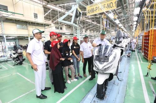 Peserta AHM Best Student di sela-sela kunjungan pabrik di Jakarta,