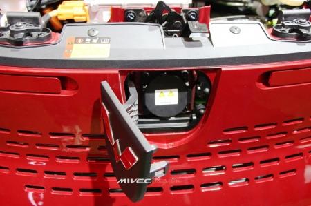 Port Charging Wuling E100 - Dibalik Emblem depan