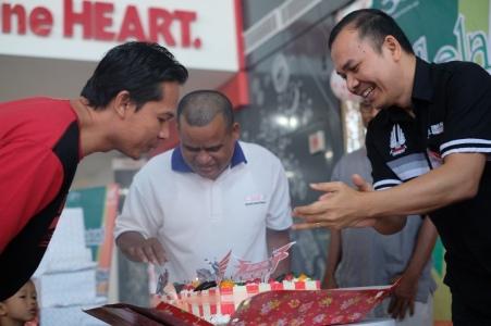 Marketing Director PT Trio Motor – Main Dealer sepeda motor Honda Banjarmasin, Antonius Silitonga merayakan ulang tahun konsumen di perayaan
